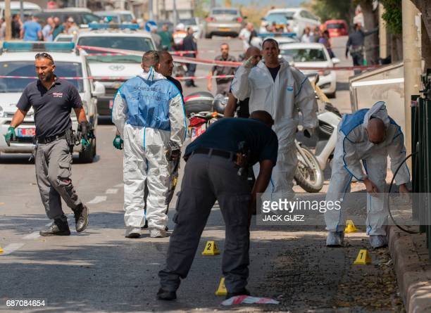 Israeli forensic police inspect the site of a stabbing attack in the Israeli coastal city of Netanya on May 23 2017 / AFP PHOTO / JACK GUEZ