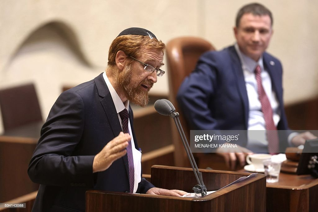Israeli Knesset Speaker Yuli Edelstein (R) looks on as far right Israeli rabbi Yehuda Glick speaks during a Knesset session in which he is sworn in, on May 25, 2016, in Jerusalem. The resignation of Israeli Defence Minister Moshe Yaalon last week has opened the way for the American-born Yehuda Glick hardliner who advocates Jewish prayer at the Al-Aqsa mosque compound to enter parliament. / AFP / MENAHEM