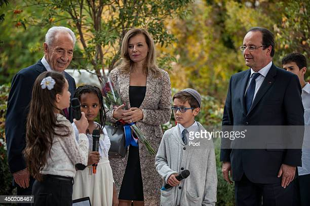 Israeli President Shimon Peres and French President Francois Hollande greet children during a welcome ceremony for the French president at the...