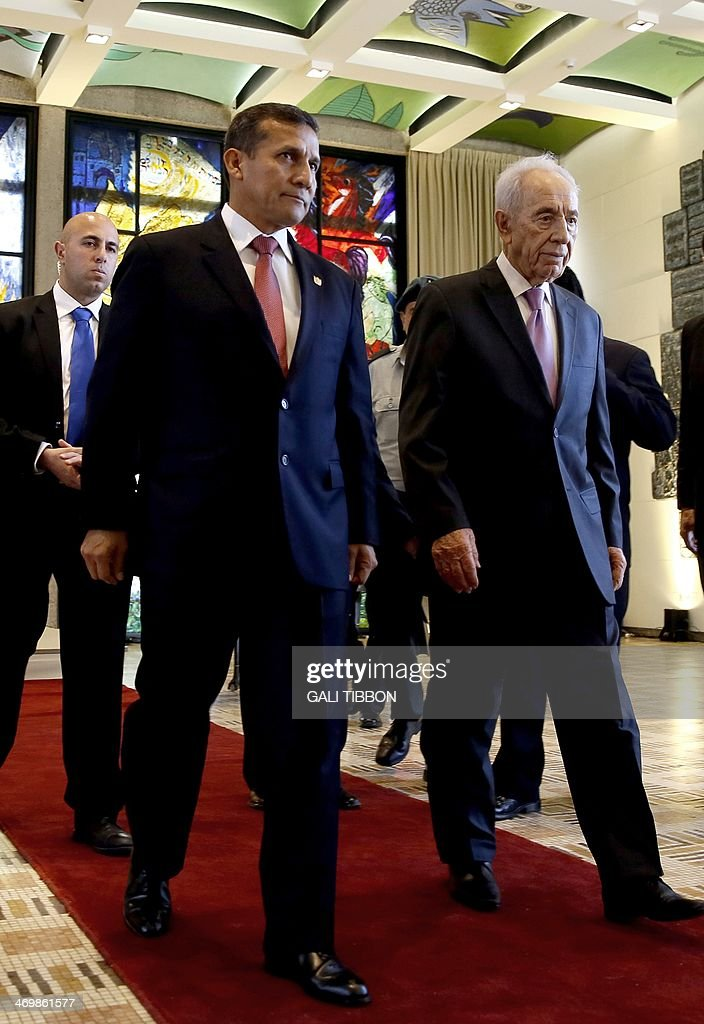 Israeli President Shimon Peres (R) and his Peruvian counterpart Ollanta Humala (C) attend a welcoming ceremony at the presidential compound in Jerusalem, on February 17, 2014. Humala met his Israeli counterpart Peres before a working lunch with Prime Minister Benjamin Netanyahu.