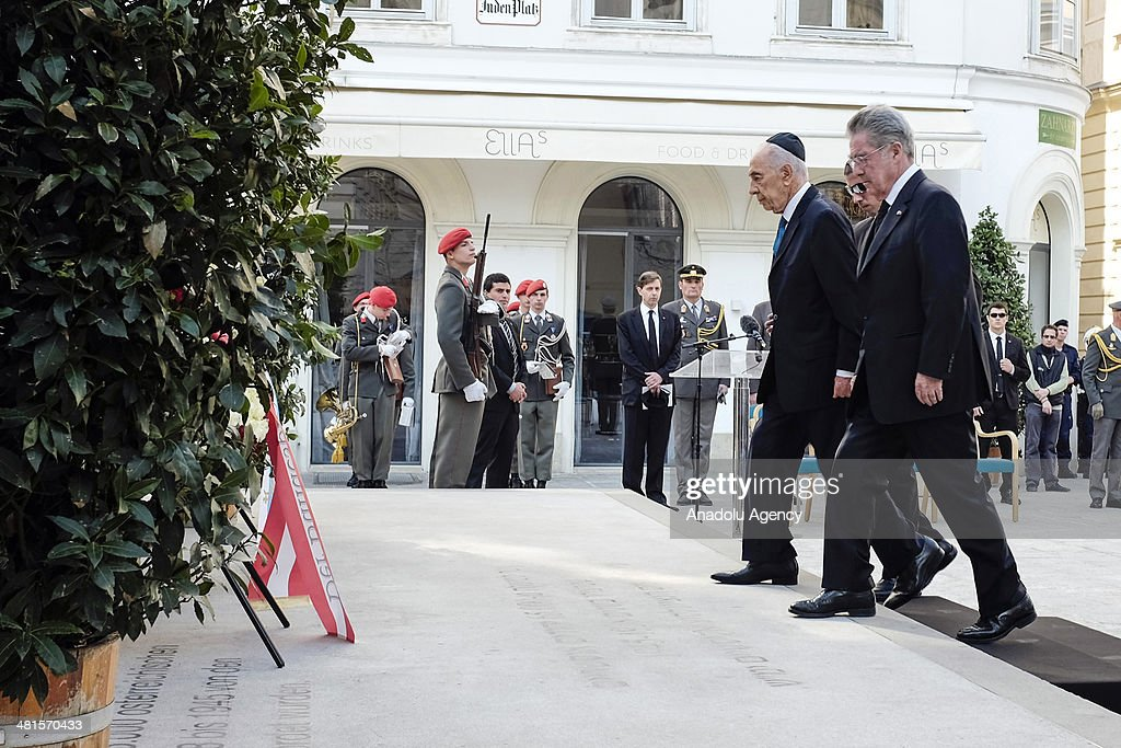 Israeli President Shimon Peres (L) and President of Austria Heinz Fischer (R) attend a wreath-laying ceremony at the memorial for Austrian victims of the Holocaust in Vienna, Austria, on March 30, 2014.
