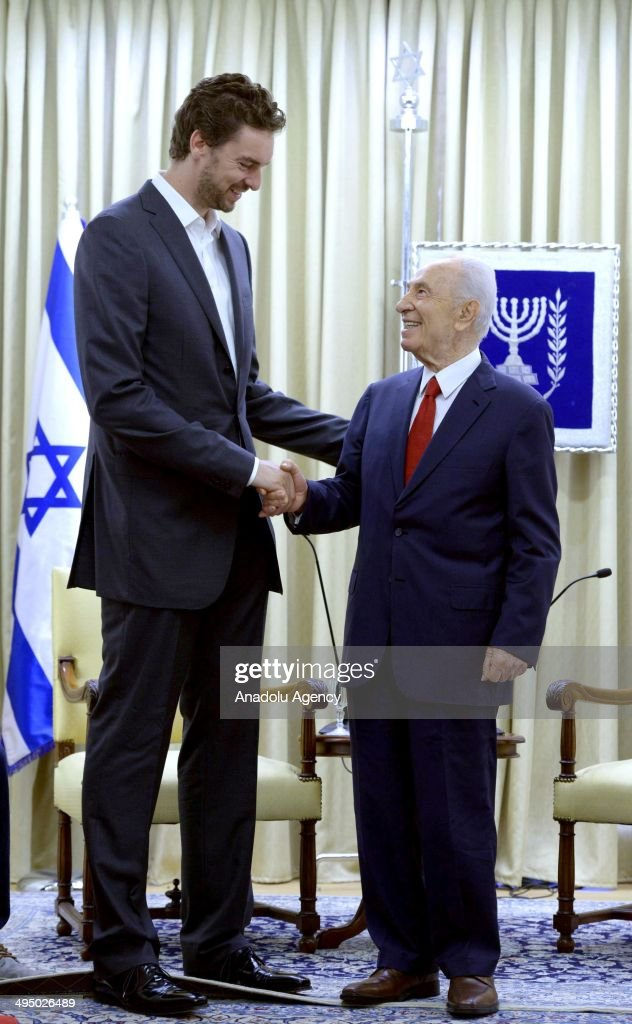 Israeli President Shimon Peres (R) meets with Los Angeles Lakers' Spanish player Pau Gasol (L) at the President's residence in Jerusalem on June 01, 2014.