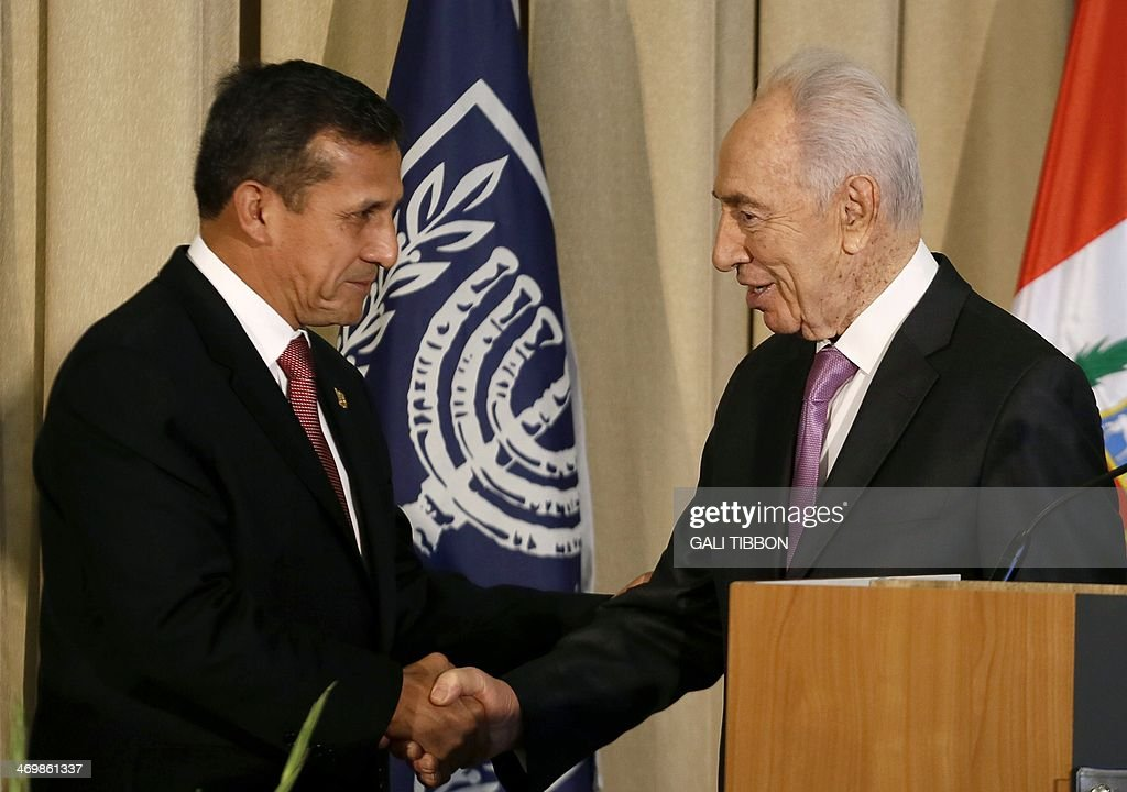 Israeli President Shimon Peres (R) shakes hands with his Peruvian counterpart Ollanta Humala during a welcoming ceremony at the presidential compound in Jerusalem, on February 17, 2014. Humala met his Israeli counterpart Peres before a working lunch with Prime Minister Benjamin Netanyahu. AFP PHOTO/GALI TIBBON