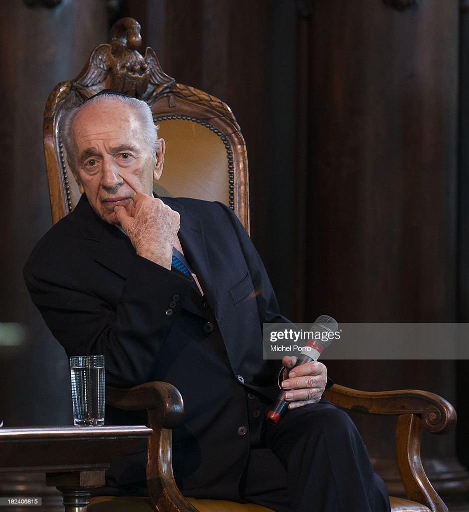 Israeli President <a gi-track='captionPersonalityLinkClicked' href=/galleries/search?phrase=Shimon+Peres&family=editorial&specificpeople=201775 ng-click='$event.stopPropagation()'>Shimon Peres</a> visits the Portuguese Synagogue on September 29, 2013 in Amsterdam, Netherlands. Peres is on an official four day visit to the Netherlands.
