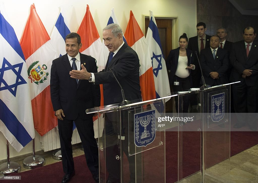 Israeli Prime Minister Benjamin Netanyahu (C) and Peru's President Ollanta Humala (L) arrive to attend a joint press conference in Jerusalem on February 17, 2014. Humala is on a three-day visit to Israel.