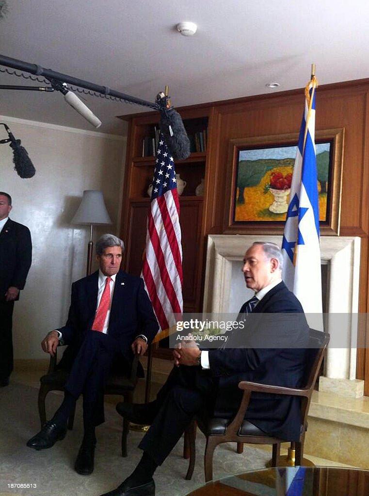 Israeli Prime Minister Benjamin Netanyahu (R) and United States Secretary of State John Kerry (L) meet on November 6, 2013 in Jerusalem.
