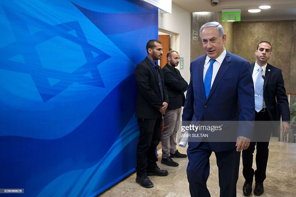 Israeli Prime Minister Benjamin Netanyahu (C) arrives for the weekly cabinet meeting in his Jerusalem office on May 4, 2016. / AFP / POOL / ABIR