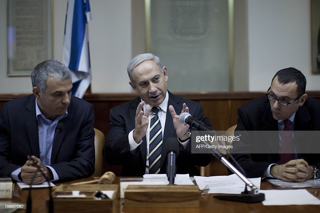 Israeli Prime Minister Benjamin Netanyahu (C) attends the weekly cabinet meeting in his Jerusalem office on December 30, 2012. AFP PHOTO /POOL / ABIR SULTAN