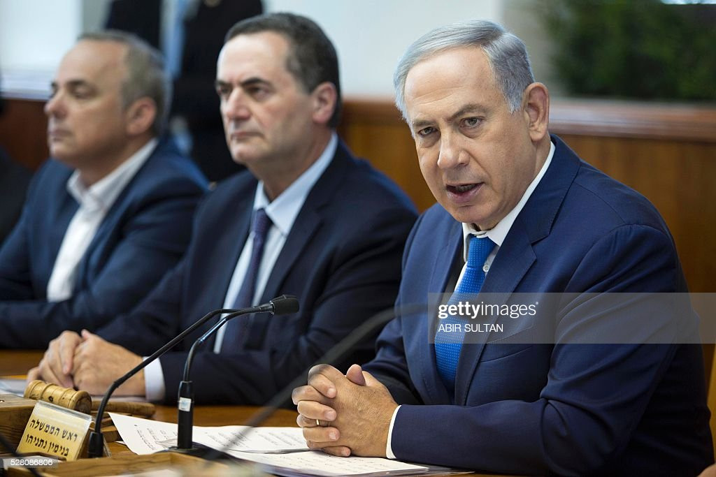 Israeli Prime Minister Benjamin Netanyahu (R) attends the weekly cabinet meeting in his Jerusalem office on May 4, 2016. / AFP / POOL / ABIR