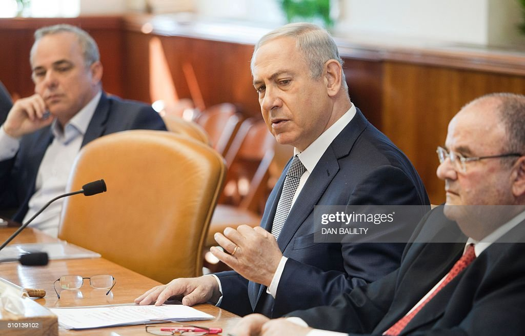 Israeli Prime Minister Benjamin Netanyahu (C) chairs the weekly cabinet meeting at the PM's office in Jerusalem on February 14, 2016. / AFP / POOL / DAN BALILTY