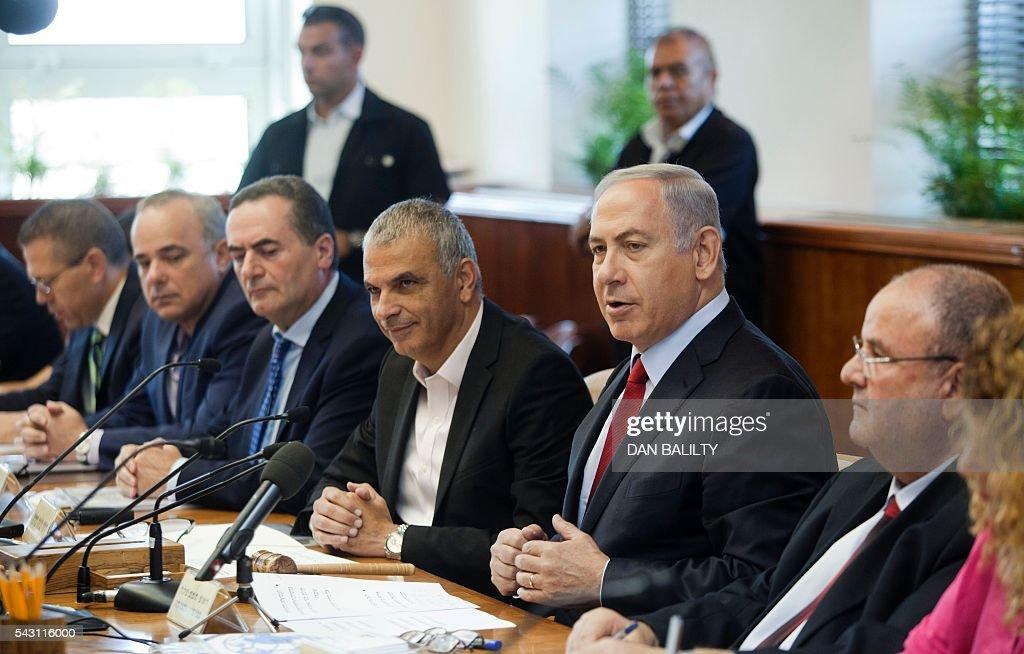 Israeli Prime Minister Benjamin Netanyahu (2ndR) chairs the weekly cabinet meeting in his Jerusalem office on June 26, 2016. / AFP / POOL / Dan Balilty