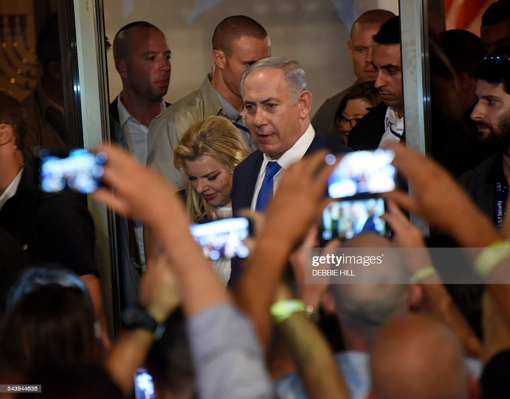 Israeli Prime Minister Benjamin Netanyahu enters a ceremony marking the US Independence Day at the residence of the US Ambassador to Israel in Herzliya, near Tel Aviv, on June 30, 2016. / AFP / POOL / DEBBIE