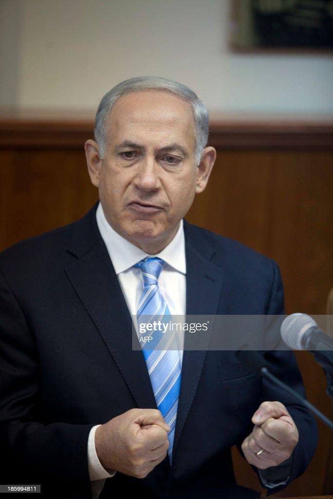 Israeli Prime Minister Benjamin Netanyahu gestures during the weekly cabinet meeting at his Jerusalem office on October 27, 2013.