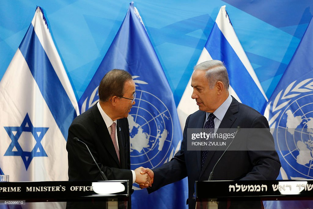 Israeli Prime Minister Benjamin Netanyahu (R) shakes hands with UN Secretary General Ban Ki-moon as they deliver joint statements in Jerusalem on June 28, 2016. Ban is on an official visit to Israel and the Palestinian territories. / AFP / POOL / RONEN