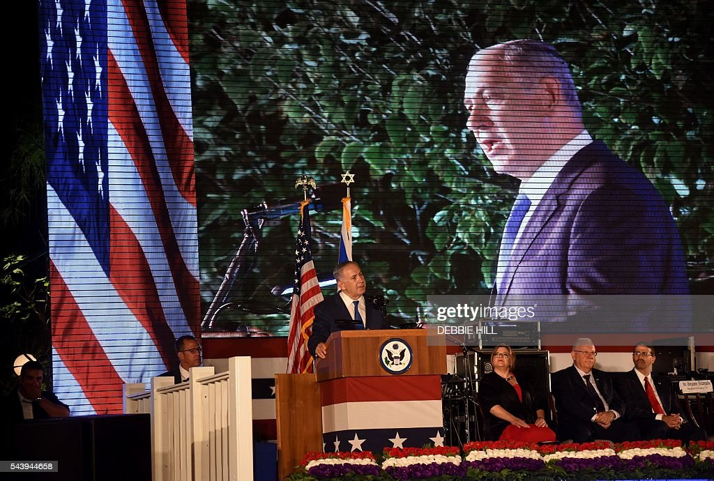 Israeli Prime Minister Benjamin Netanyahu speaks during a ceremony marking the US Independence Day at the residence of the US Ambassador to Israel in Herzliya, near Tel Aviv, on June 30, 2016. / AFP / POOL / DEBBIE