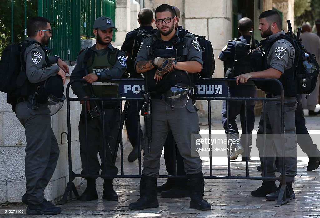 Israeli security forces stand guard at the entrance of the Al-Aqsa mosque compound in Jerusalem's Old City, on June 27, 2016, following a second day of clashes between Israeli police and Muslims protesting Jewish visits to the holy site. / AFP / AHMAD