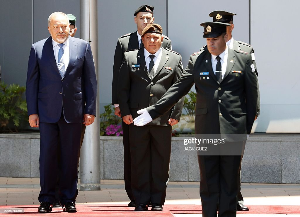 Israeli ultra-nationalist and newly appointed defence minister Avigdor Lieberman (L) and Israel's Chief of Staff, Lieutenant General Gadi Eizenkot (C) attend the welcoming ceremony at the Defence Ministry in the city of Tel Aviv, on May 31, 2016. Lieberman assured he supported the creation of a Palestinian state after being sworn in as defence minister despite outrage over his appointment to the powerful post. / AFP / JACK