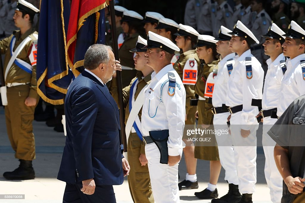 Israeli ultra-nationalist and newly appointed defence minister Avigdor Lieberman (C) attends the welcoming ceremony at the Defence Ministry in the city of Tel Aviv, on May 31, 2016. Lieberman assured he supported the creation of a Palestinian state after being sworn in as defence minister despite outrage over his appointment to the powerful post. / AFP / JACK