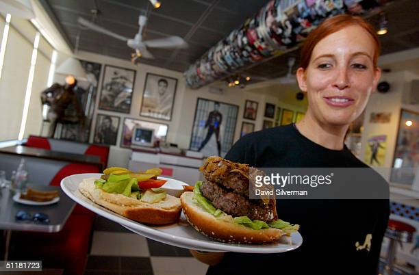 Israeli waitress Deena Fiedelman serves an Elvis burger in the Elvis American Diner August 17 2004 at Neve Ilan outside Jerusalem Israel The diner...
