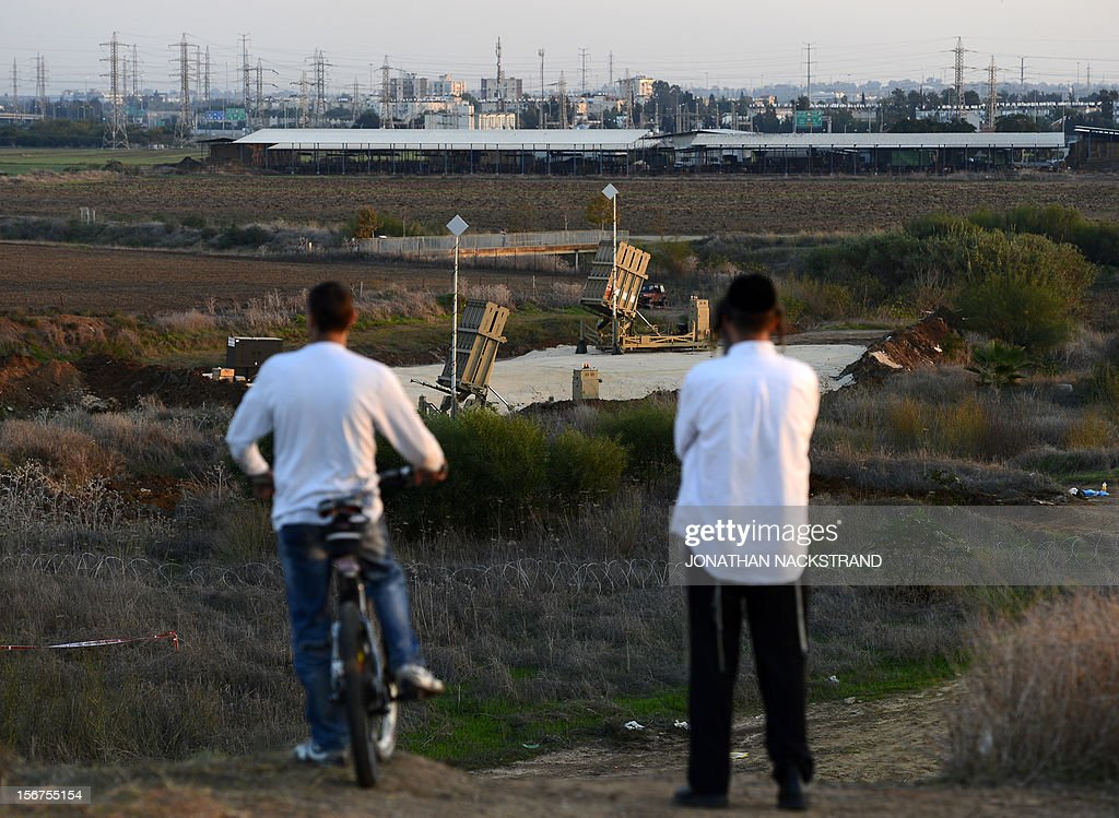 Israelis stand on a hill watching over Israeli military's Iron Dome defence missile system, designed to intercept and destroy incoming short-range rockets and artillery shells, in Gush Dan, the Tel Aviv metropolitan area, on November 20, 2012. Israeli Prime Minister Benjamin Netanyahu told Gaza's Hamas leaders to choose between peace and 'the sword' as a diplomatic push intensified to end a week of violence in and around the strip. AFP PHOTO / JONATHAN NACKSTRAND