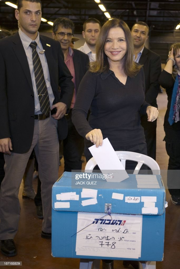 Israel's Labour party leader Shelly Yachimovich (C) casts her vote during her party's central primary convention at a polling station on November 29, 2012 in the Mediterranean coastal city of Tel Aviv.