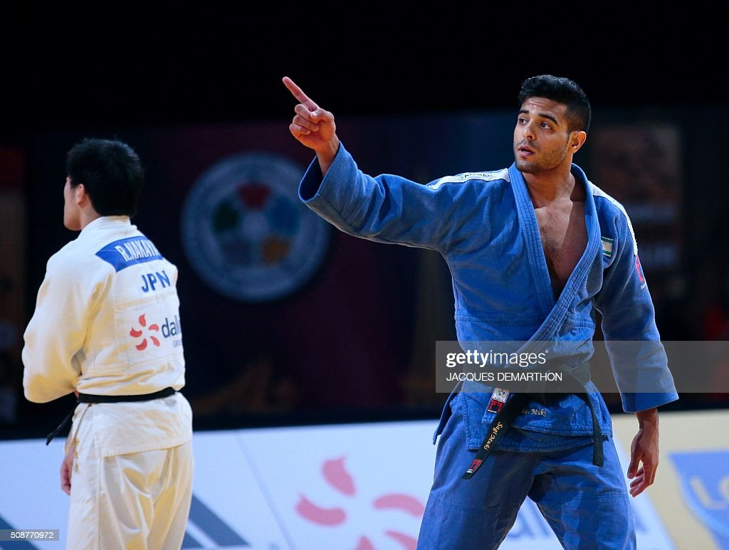 Israel's Sagi Muki (R) gestures as Japan's Nakaya Riki abandons the men's under 73 kg bronze medal fight of the Paris Grand Slam Judo tournament on February 6, 2016 in Paris. / AFP / JACQUES DEMARTHON
