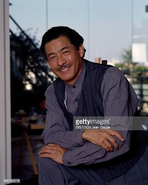 Issey Miyake Japanese Couturier Portrait en extérieur d' Issey MIYAKE en chemise sans col et petit gilet