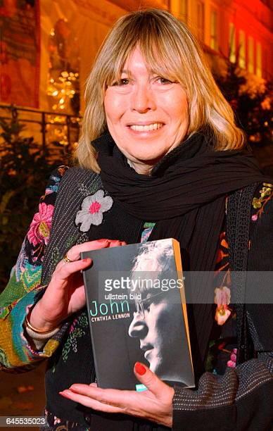 LENNON CYNTHIA LENNON ist die erste Ehefrau des legendaeren JOHN LENNON und hat in diesen Tagen in BERLIN die DEUTSCHE AUSGABE ihres BUCHES mit dem...