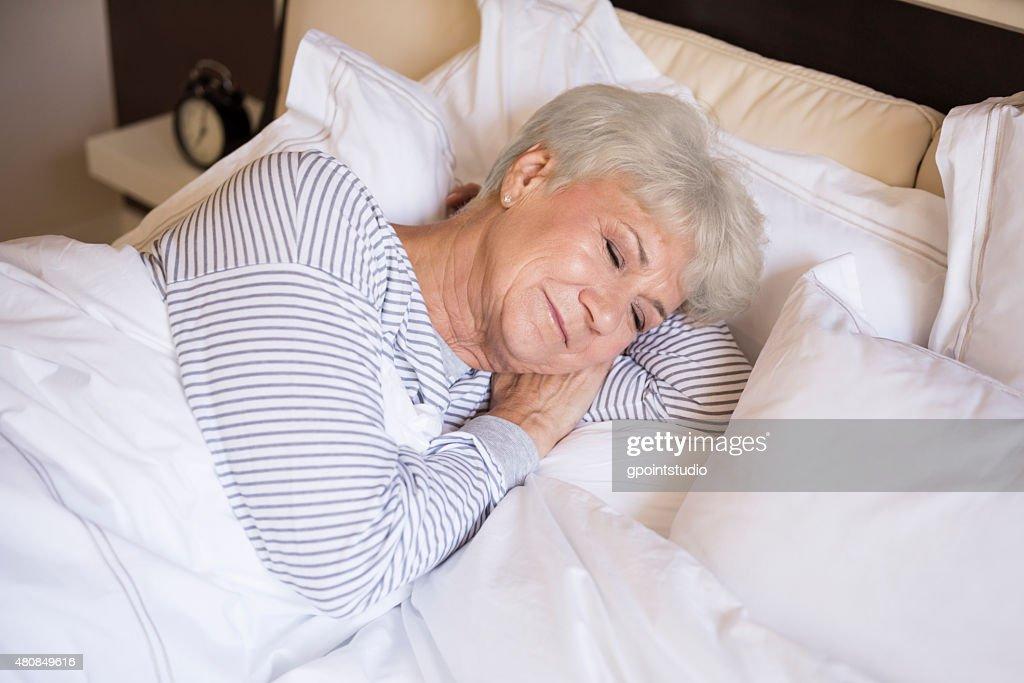 425Зрелые женщина в постели видео