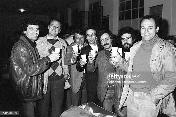 Italian actor and director Massimo Troisi having a toast with Italian actors Carlo Verdone Renzo Arbore Marco Messeri Roberto Benigni Maurizio...
