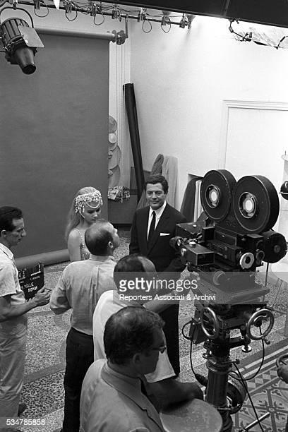 Italian actor Marcello Mastroianni and American actress Pamela Tiffin on the set of the film The Man the Woman and the Money segment La moglie bionda...