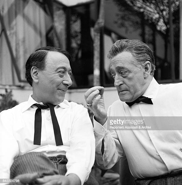 Italian actor Tot˜ and Italian actor and comedian Macario talking on the set of Tot˜ di notte n 1 1962