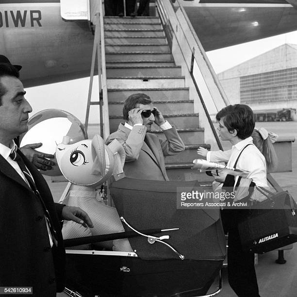 Italian actor Tot˜ and Italian singer and actress Rita Pavone at the airport in Rita la figlia americana 1965