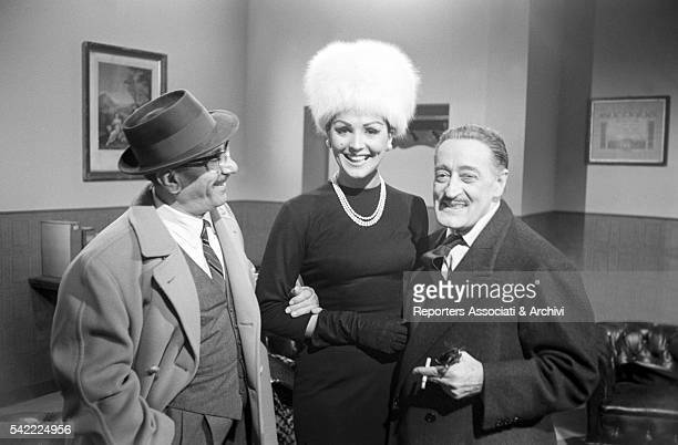 Italian actors Tot˜ and Peppino De Filippo with circus actress Moira Orfei on the set of Tot˜ contro i quattro 1963