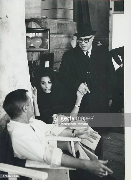 'Italian actress Sophia Loren chatting with American actor George Peppard and her husband and Italian film producer Carlo Ponti on the set of the...
