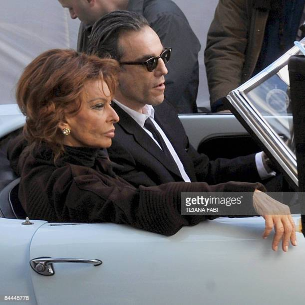 Italian actress Sophia Loren sits with English actor Daniel DayLewis during the shooting at Piazza del Popolo in Rome of the movie 'Nine' a remake of...