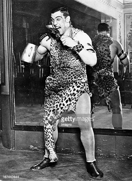 Italian boxer and 1933/34 world heavyweight champion Primo Carnera in a leopard costume About 1935 Photograph Der italienische Boxer und 1933/34...