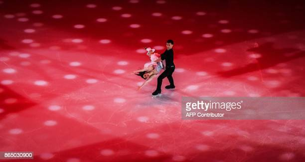 Italian Chalrene Guignard and Marco Fabbri perform during the galaexhibition at the ISU Grand Prix Rostelecom Cup in Moscow on October 22 2017 / AFP...
