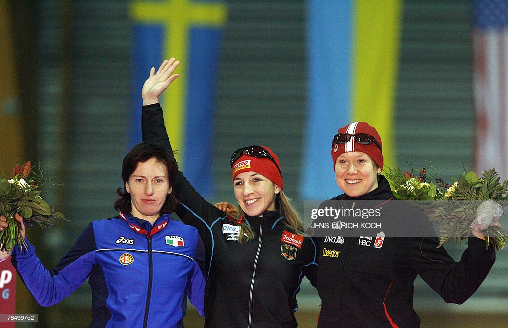 Italian Chiara Simonato, second, German speed skater Anni Friesinger and Canadian Cindy Classen celebrate on the podium of the women's 1000m race, 15 December 2007 during the of the speed Skating World Cup at the Gunda-Niemann-Stirnemann-Hall in the eastern town of Erfurt. German Anni Friesinger took her career's 50th world cup victory.
