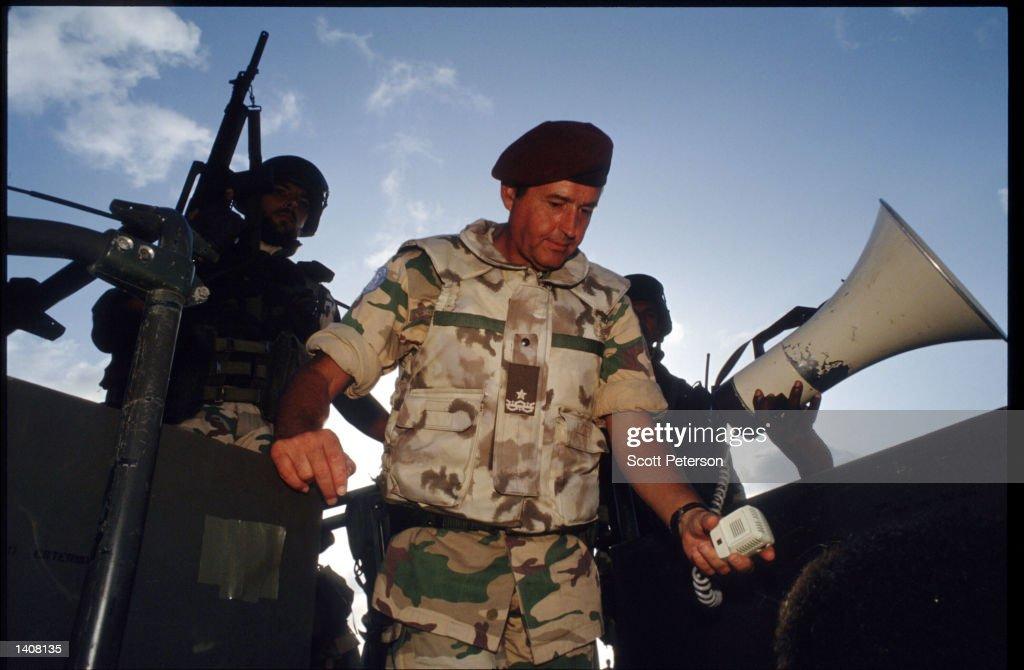 Italian San Marco Desert Camo Flak Vest Italian-commander-bruno-loi-stands-july-9-1993-in-mogadishu-somalia-picture-id1408135