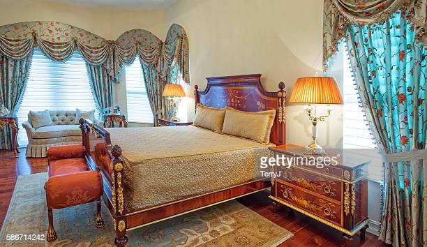 イタリアのデザインのベッドルームには、シャンデリア