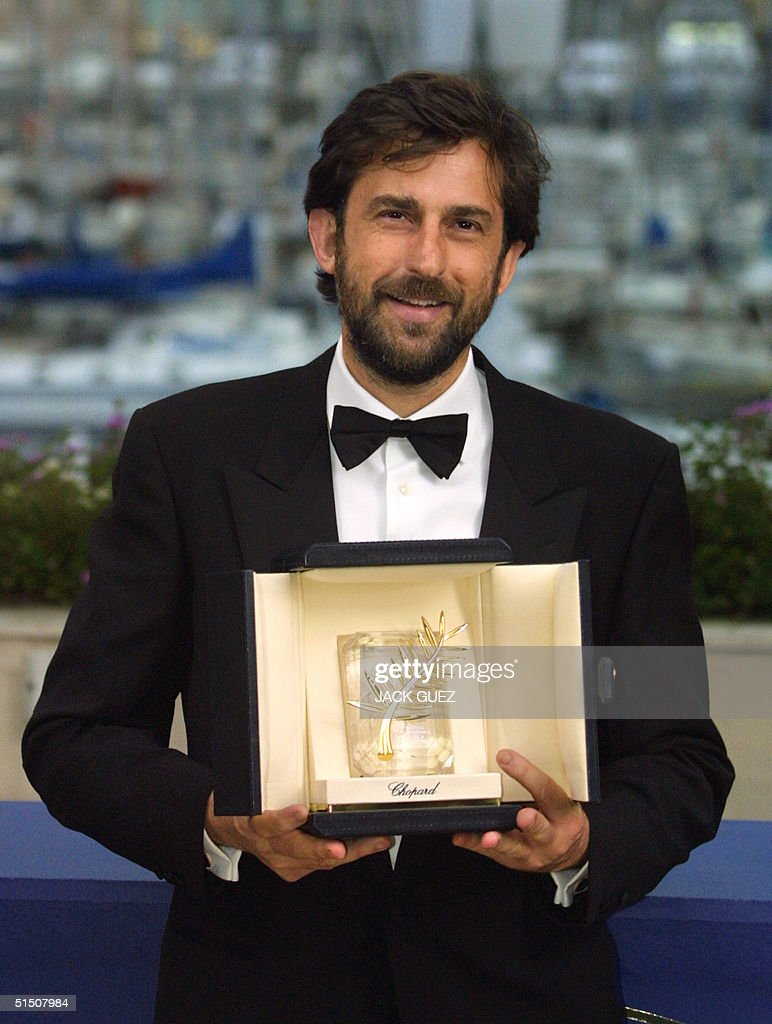 Italian director Nanni Moretti poses with his Golden Palm, received for his movie, 'La Stanza del Figlio' (La Chambre du Fils), after the 54th Cannes Film Festival closing ceremony, 20 May 2001 in Cannes.
