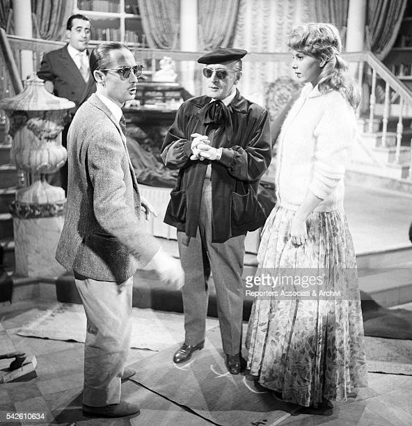 Italian director Steno giving instructions to Italian actor Tot˜ and American actress and singer Abbe Lane sitting on the set of Tot˜ Eva e il...
