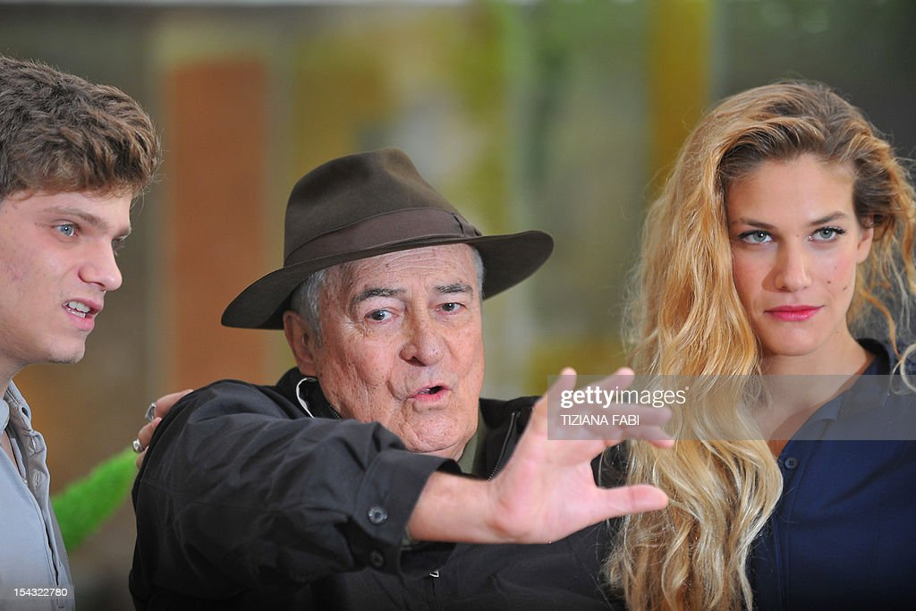 Italian film director Bernardo Bertolucci (C) is flanked by Italian actor Jacopo Olmi Antinori (L) and Tea Falco during the photocall for 'Io e Te' (Me and You) on October 18, 2012 in Rome. 'Io and Te' was presented during the 2012 Cannes film festival. AFP PHOTO / TIZIANA FABI