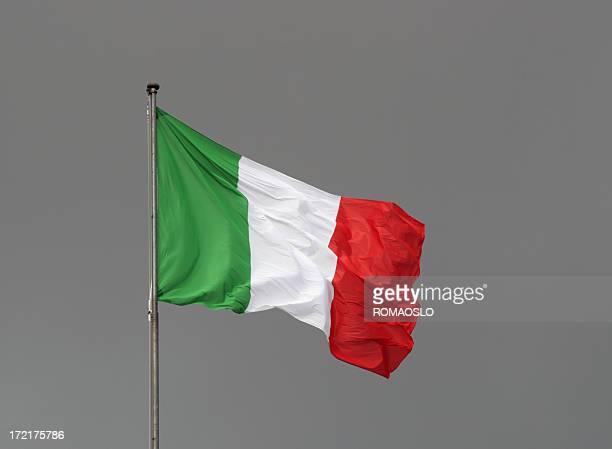 Bandiera italiana contro un cielo grigio, Italia
