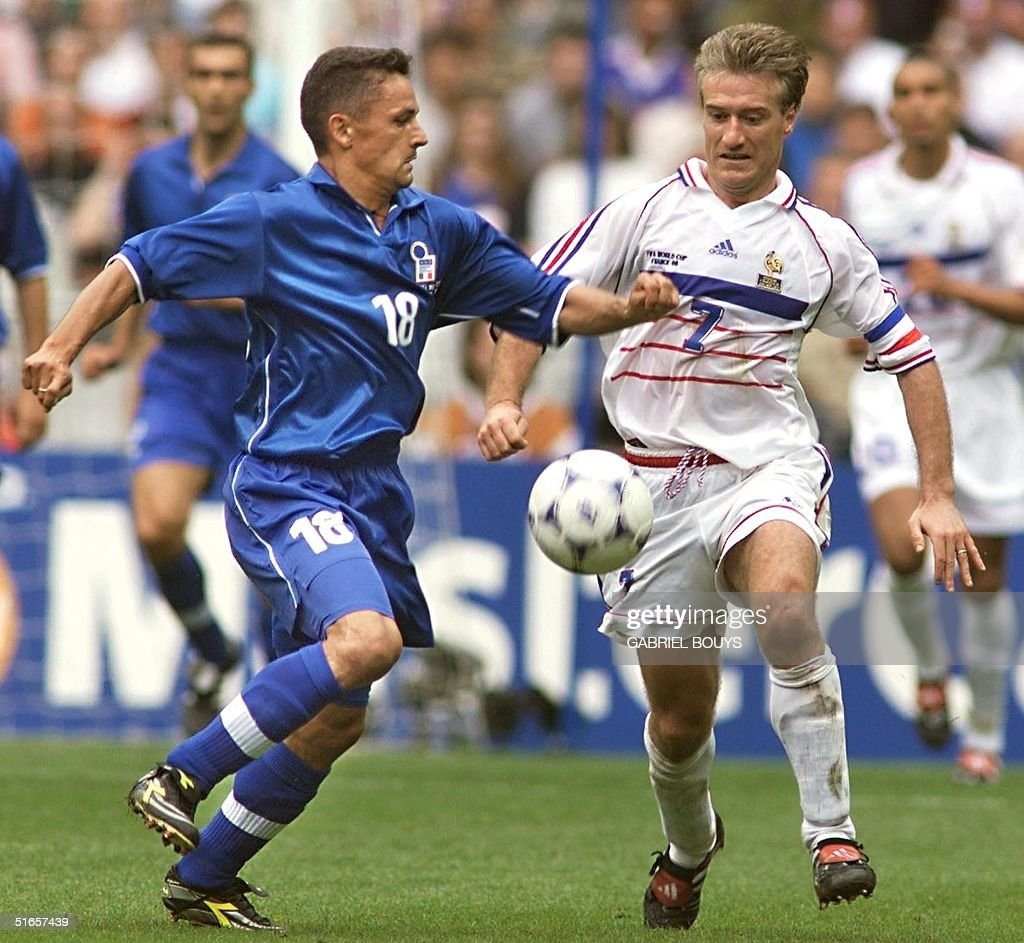 Italian forward Roberto Baggio (L) is challenged b : News Photo