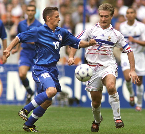Italian forward Roberto Baggio (L) is challenged b : News Photo