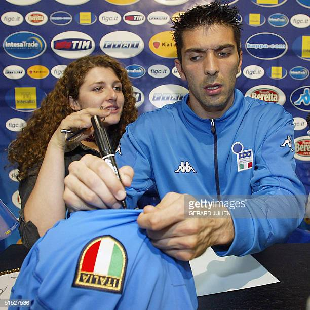 Italian goalkeeper Gianluca Buffon firms an Italian team soccer jersey during a press conference 01 June 2002 at the Italian Media Center 'Casa...