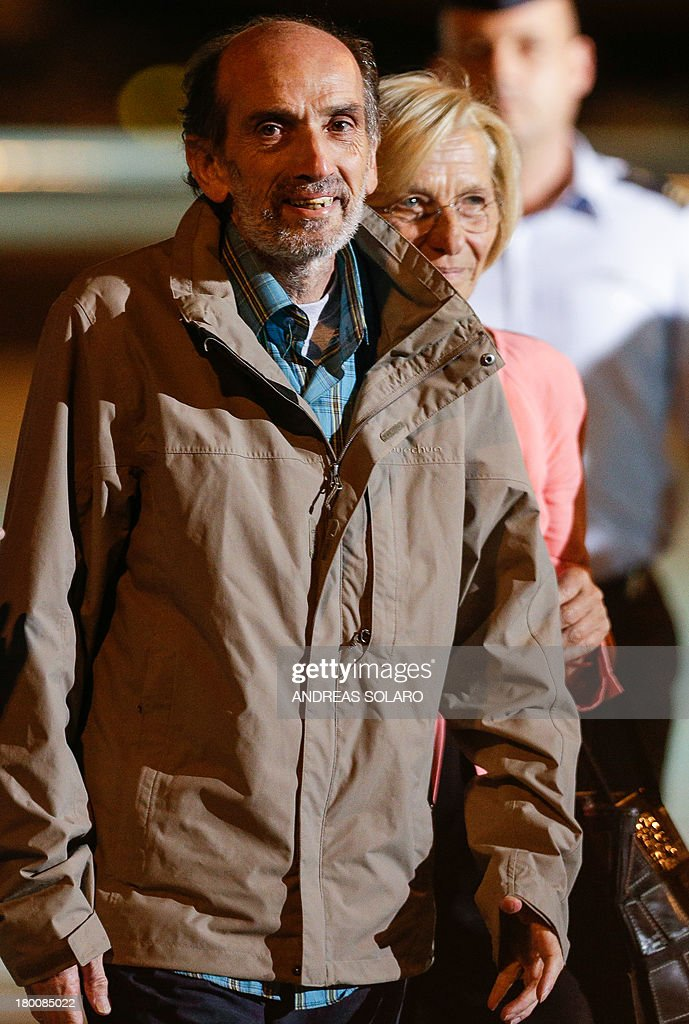 Italian journalist Domenico Quirico (L) looks to journalists, who was kidnapped in Syria in early April, after disembark from the airplane on September 9, 2013 at Ciampino military airport in Rome.