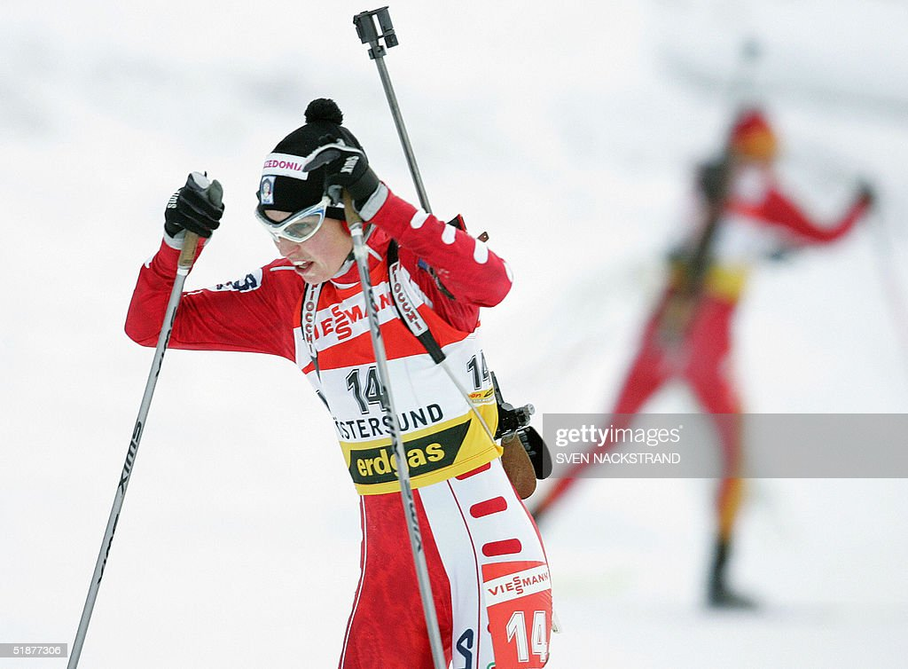 Italian Michaela Ponza skis for the fourth place in the women's World Cup biathlon 10 kms pursuit in Oestersund Sweden 18 December 2004 Russian Olga...